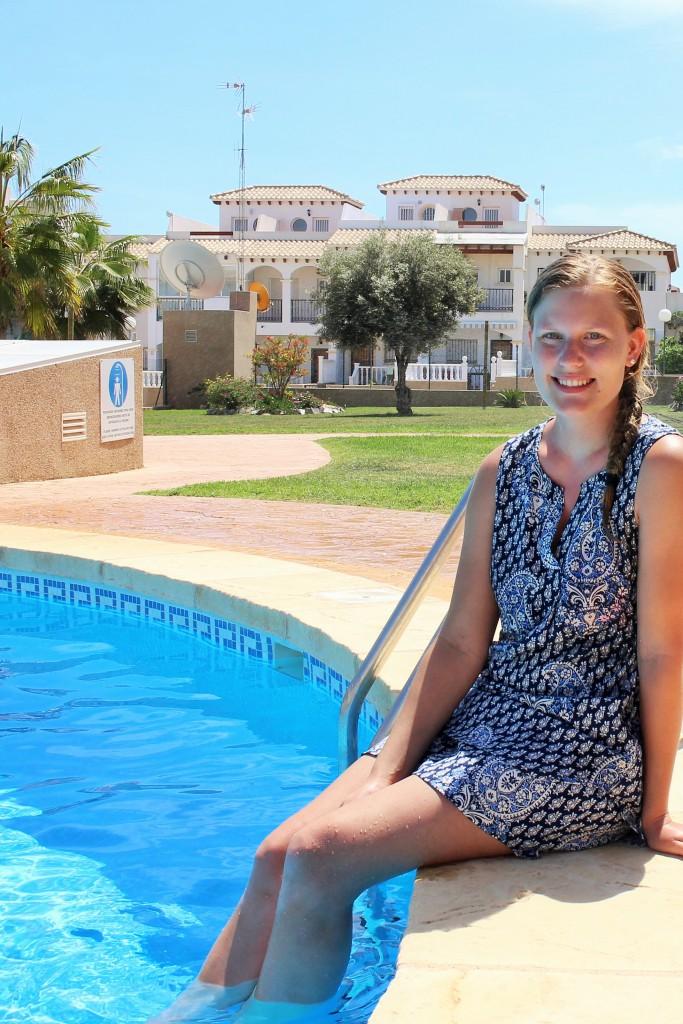 Emelie vid pool Spanien 2015-05-02